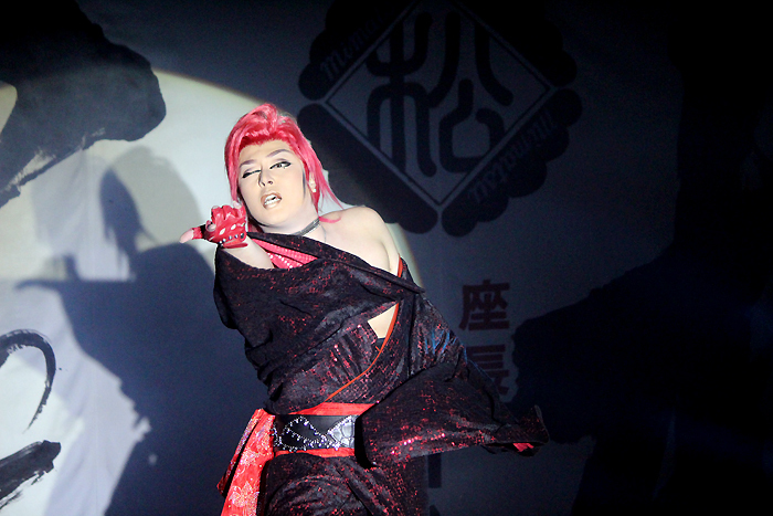 オラオラ系の魅力爆発! 翔也座長。その舞踊は躍動感にあふれ、超セクシー!
