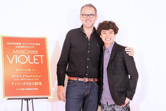 (左から)トム・サザーランド、藤田俊太郎