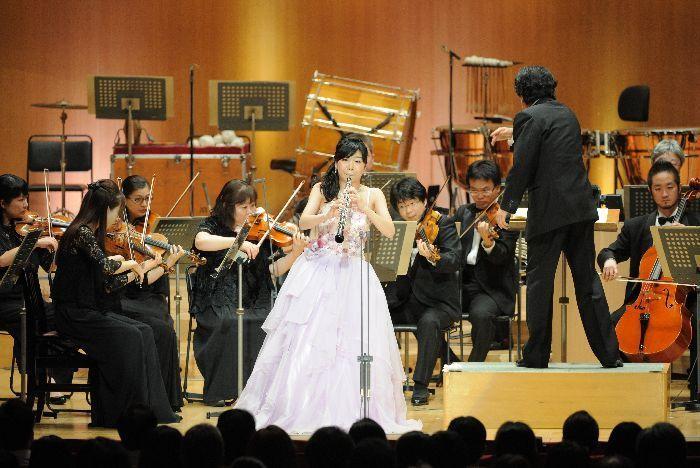心安らぐ草笛のような音色で、日本フィルと演奏する荒木奏美。指揮者の沼尻竜典は、なんと第1回の受賞者で「賞金でピアノを買った」そうだ。