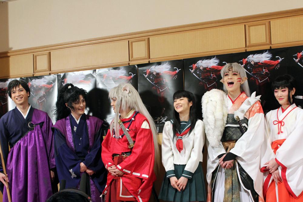 囲み会見の様子。喜矢武を中心に時折ジョークを交えながらトークが盛り上がる