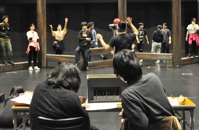 舞台美術の模型を見ながらプランを考える木ノ下裕一(左)と糸井幸之介(右)。
