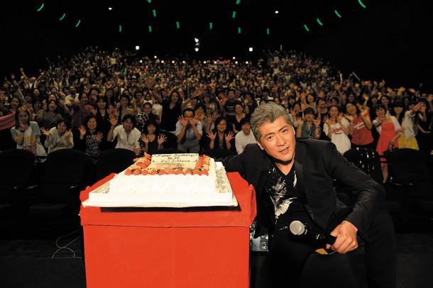 バースデーケーキと吉川晃司。(写真提供:ワーナーミュージック・ジャパン)