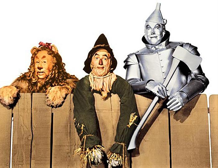 「オズの魔法使」(1939年)のバート・ラー(左端)。かかし役レイ・ボルジャー(中央)と、ブリキ男のジャック・ヘイリーも、ヴォードヴィルへの出演が多かった (DVDとブルーレイは、ワーナー・ホーム・ビデオよりリリース)。Photo Courtesy of Scott Brogan