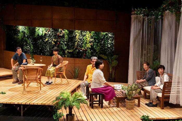 青年団『眠れない夜なんてない』。マレーシアの日本人向け保養施設に出入りする人々の、隠れた人間模様と心象を浮き彫りにする群像劇を久々に再演。