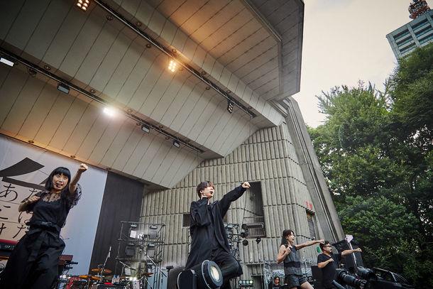 ゲスの極み乙女。「丸三角ゲス」東京・日比谷野外大音楽堂公演の様子。(撮影:井手康郎)