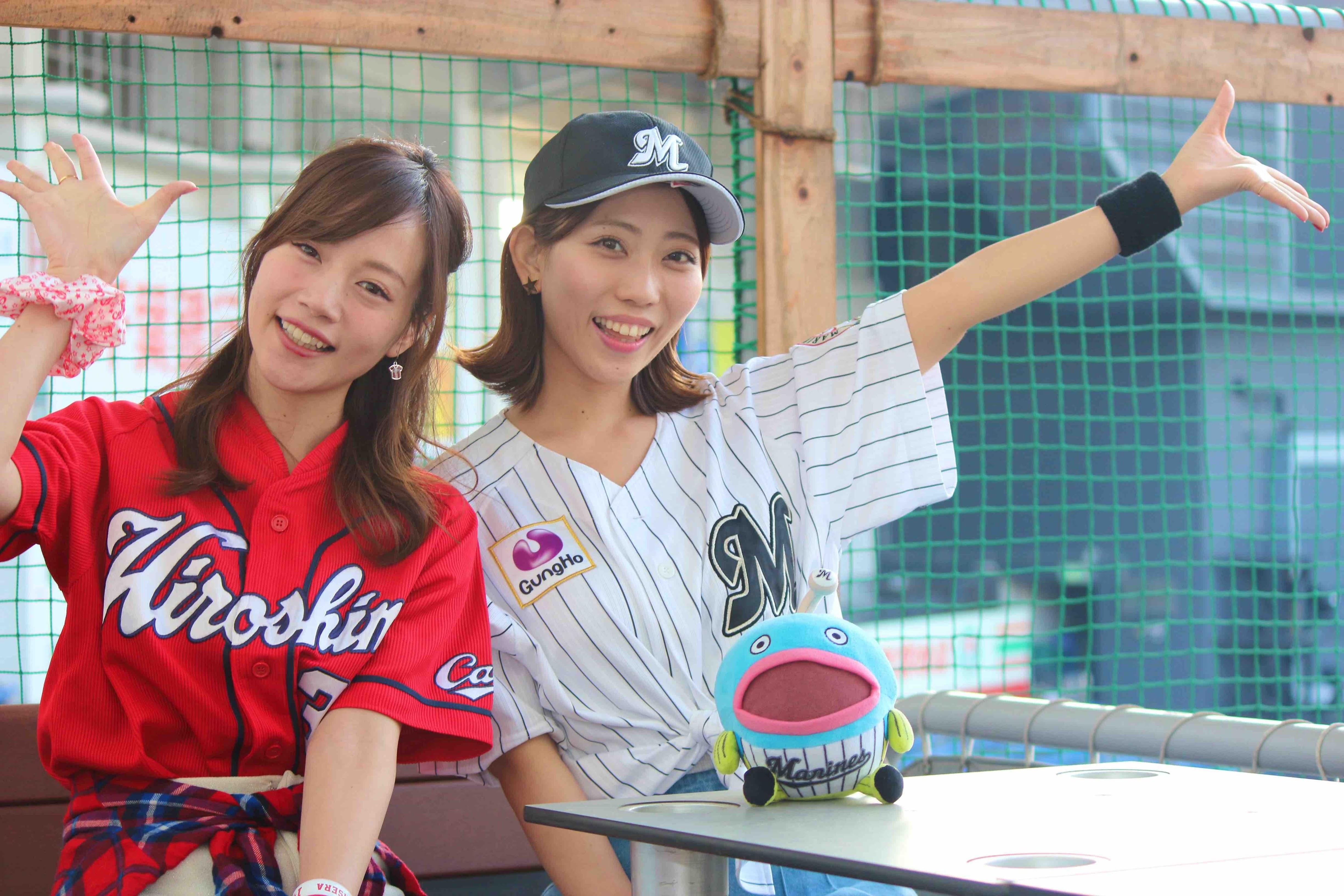 カープ女子の古田ちさこ(左)、マリーンズファンの千葉えりか(右)がゲストとして「バーベキューパーティー」を盛り上げる