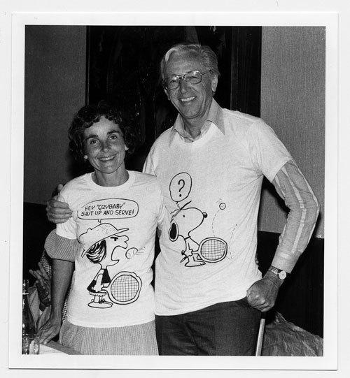 テニスのシーンがあしらわれた「ピーナッツ」のTシャツを着るシュルツ夫妻。(オフィシャル提供)(C) Alyce Sheehan. Courtesy of the Charles M. Schulz Museum and Research Center