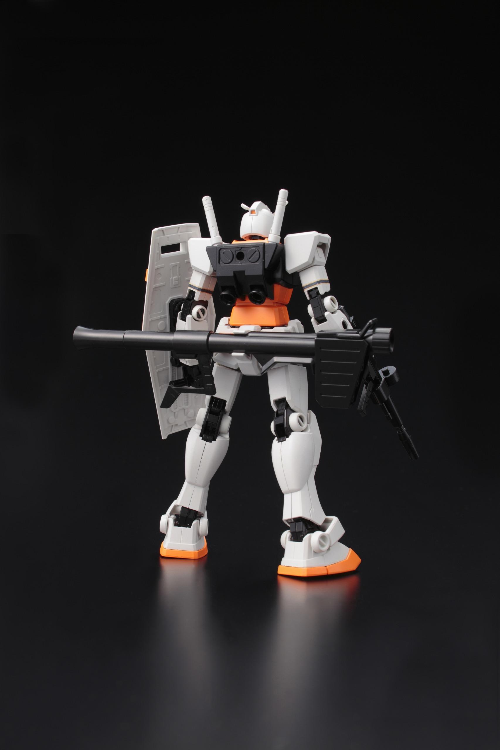 「HG 1/144 ガンダム RX-78-2 ジャイアンツバージョン」の背面(※写真は試作品のため実際の商品と一部異なる場合がございます。※写真は塗装しております。) ©創通・サンライズ
