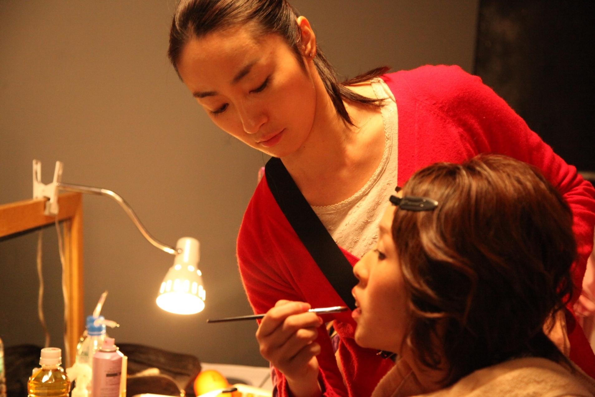 メイク・都築恭子を演じた森田亜紀。 女優たちを見守る母性……! (C)2014 映画『メイクルーム』製作委員会