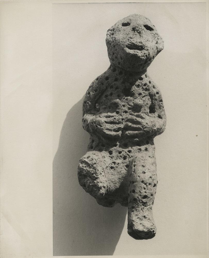 《日本の古代芸術:土製猿》 大辻清司 ゼラチン・シルバー・プリント 1959年 武蔵野美術大学 美術館・図書館