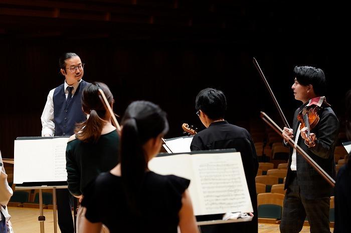 反田恭平(左)と岡本誠司(ヴァイオリン/右)