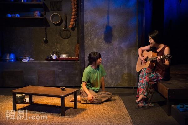 ゴヌの娘ジスク(イ・ジへ)に歌を聴かせるタジョン(キム・ジョン) ©Wooje Jang