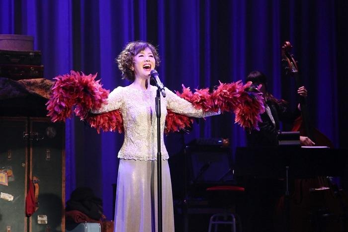 """本作の初演は、昨年5月。戸田恵子の生誕60周年記念公演として上演され、4日間の公演は即日完売を記録した。映画『オズの魔法使い』でドロシー役を演じて全世界のアイドルとなった、ハリウッド映画の黄金期のミュージカルスター、ジュディ・ガーランド。その華やかさと哀しさが入り交じった数奇な人生を、彼女の付き人として、専属の代役として、影のように寄り添った一人の女性、ジュディ・シルバーマン——""""もうひとりのジュディ""""を通して描き出す作品だ。"""