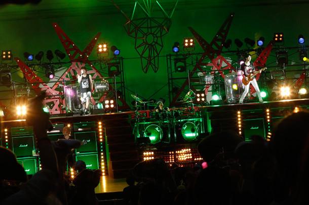「GRANRODEO LIVE TOUR 2016 TREASURE CANDY」大阪城音楽堂公演の様子。(写真提供:ランティス)