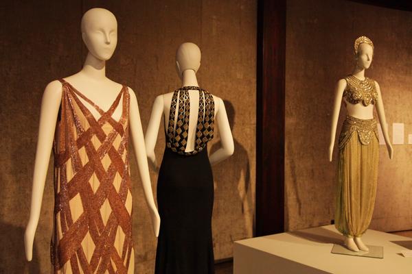(左から)マドレーヌ・ヴィオネ(1876-1975)《イヴニング・ドレス》1923年、ジャンヌ・ランヴァン(1867-1946)《イヴニング・ドレス》1936年、ポール・ポワレ(1879-1944)《イヴニング・ドレス》1920年頃