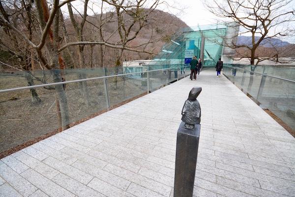 2002年に開館したポーラ美術館。美術館の周囲には一周20分ほどの「森の遊歩道」が敷かれ、自然散策も楽しめる