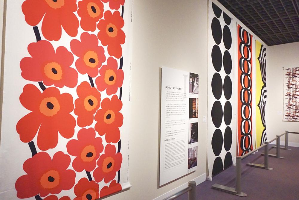 (左)ファブリック《ウニッコ》(ケシの花)、図案デザイン:マイヤ・イソラ