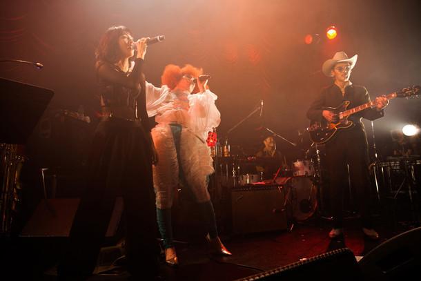前方左から、満島ひかり、中納良恵(EGO-WRAPPIN')、森雅樹(EGO-WRAPPIN')。(撮影:仁礼博)