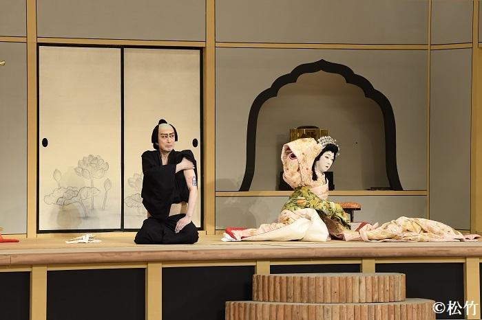 『桜姫東文章 上の巻』左より、釣鐘権助=片岡仁左衛門、桜姫=坂東玉三郎