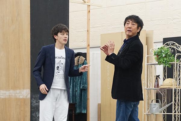 1幕9場「裏を表に」より。舞台初共演となるウエンツ(左)と市村(右)。