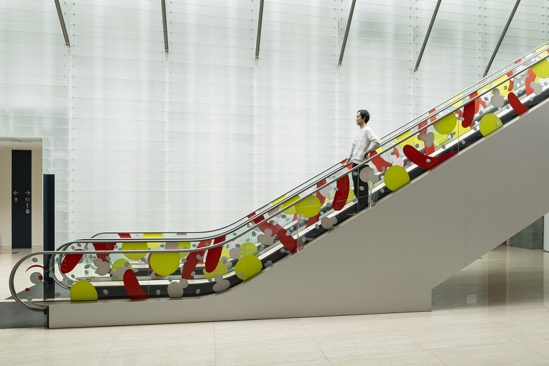 地上と展示フロアを繋ぐエスカレーターがかわいいエビに変身 (ポーラ美術館提供)(C)Anri Okada photo:(C)Ken KATO