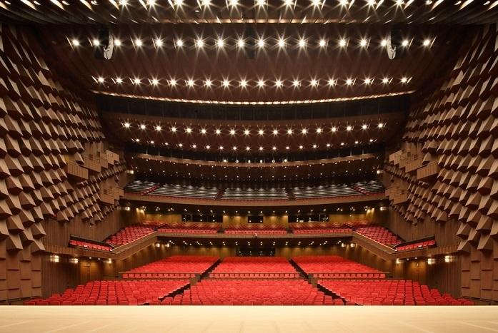 '天井から音が降る'と称されるフェスティバルホール。ステージ上から見た客席