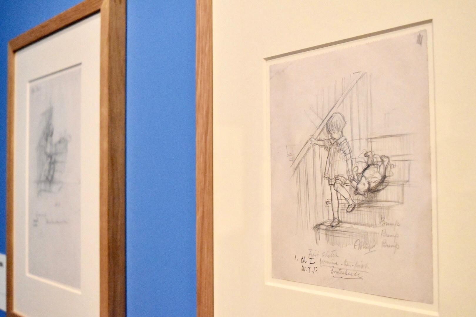 右:E.H.シェパード バタン、バタン、バタン(最初のスケッチ)『クマのプーさん』1章、口絵 1926年 ヴィクトリア・アンド・アルバート博物館所蔵