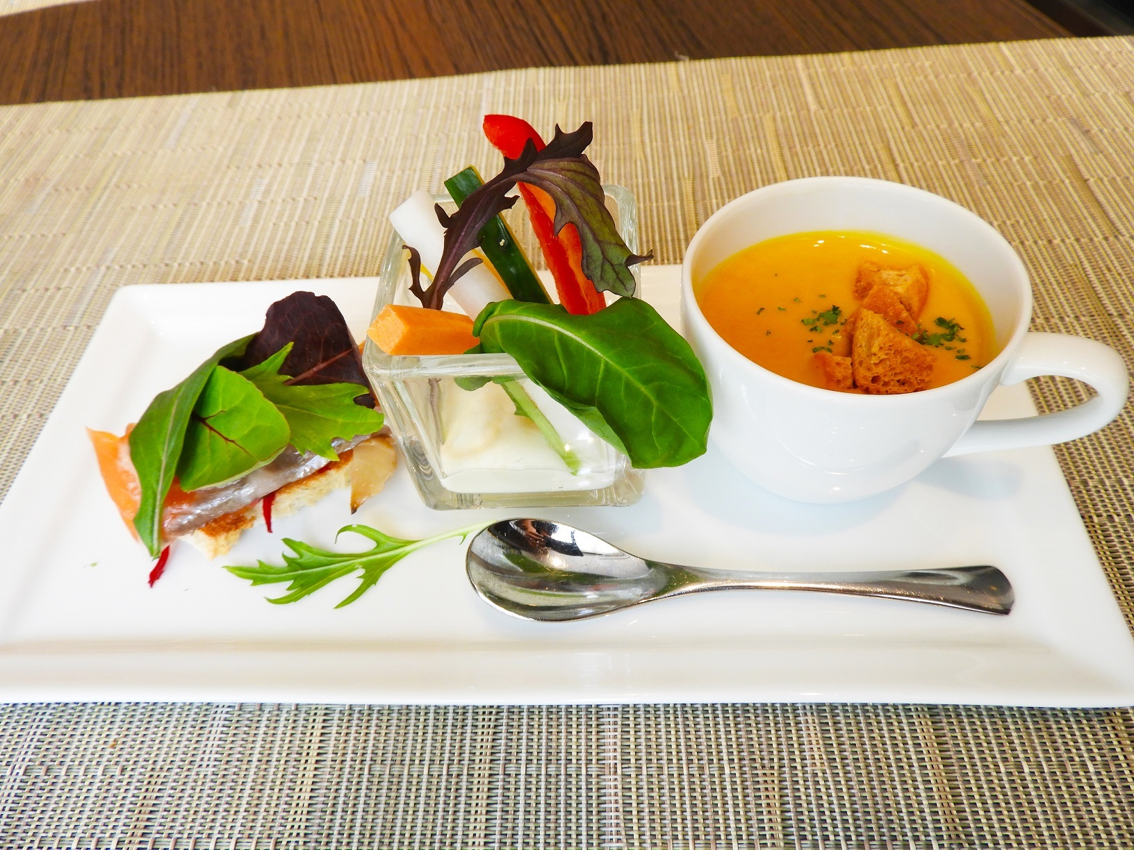 前菜3種(左からサーモンのタルティーヌ・スティックサラダ・かぼちゃのスープ)