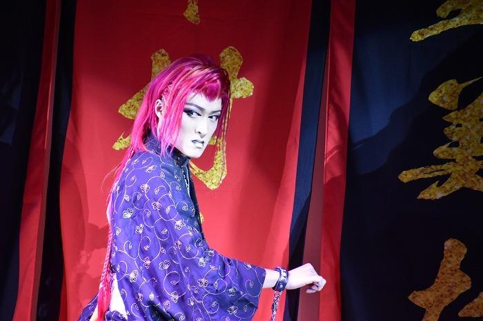 花形・里美花太郎(さとみ・はなたろう)さん。メンバーカラーは赤。どんなアドリブでも返せる機転が光る。