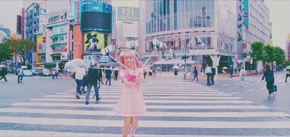 """藤田ニコル デビューシングル「Bye Bye」のMV公開!""""にこるん棒""""を持って渋谷・原宿を練り歩く"""
