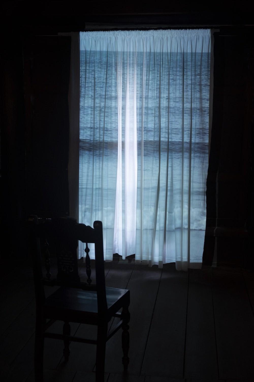 スクリプカリウ落合安奈《骨を、うめる(部分)》カーテン, ベトナムの古い椅子, 映像, サウンド, 風   サイズ可変   2019年