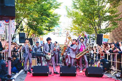 スカパラが大阪・梅田でストリートライブを開催! 至近距離のパフォーマンスに1,000人が熱狂
