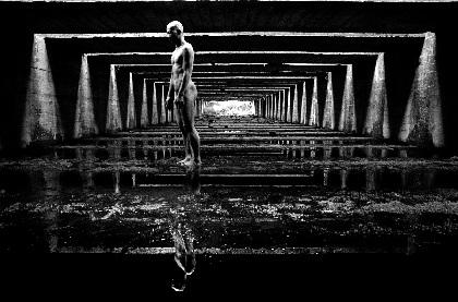 原美術館にて写真家・田原桂一とダンサー・田中泯による展覧会が開催