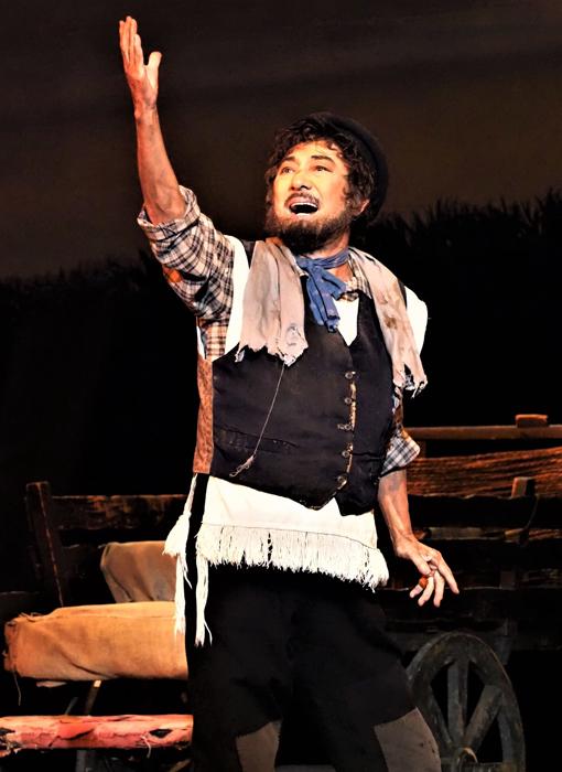 2021年版『屋根の上のヴァイオリン弾き』より、〈もし金持ちなら〉を歌うテヴィエ役の市村正親。写真提供/東宝演劇部