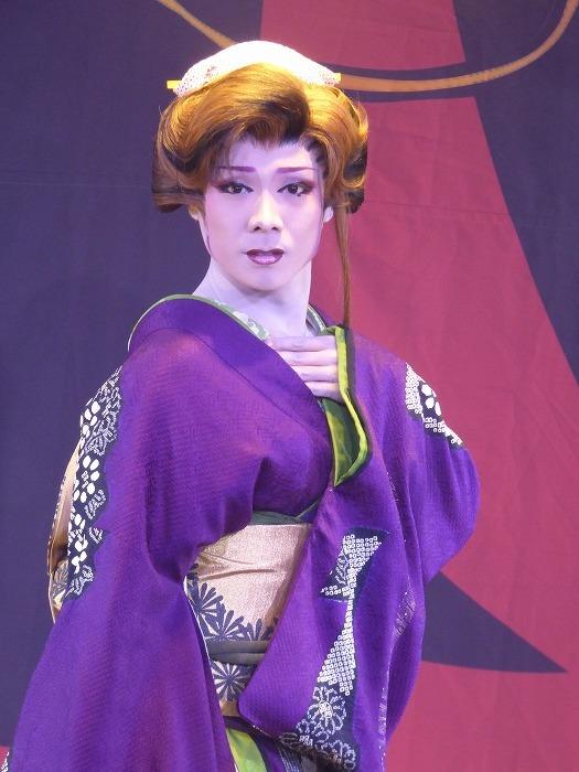 里美たかし総座長の女形。演目が日替わりなので、毎日通えばあらゆる役が観られる。