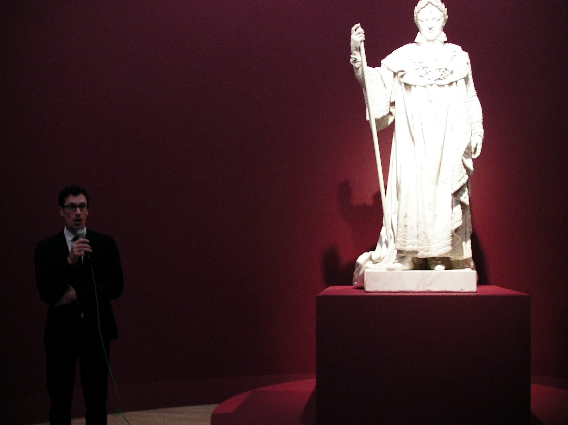 《戴冠式の正装のナポレオン1世》について解説するコーム・ファーブル(ルーヴル美術館絵画部門学芸員)