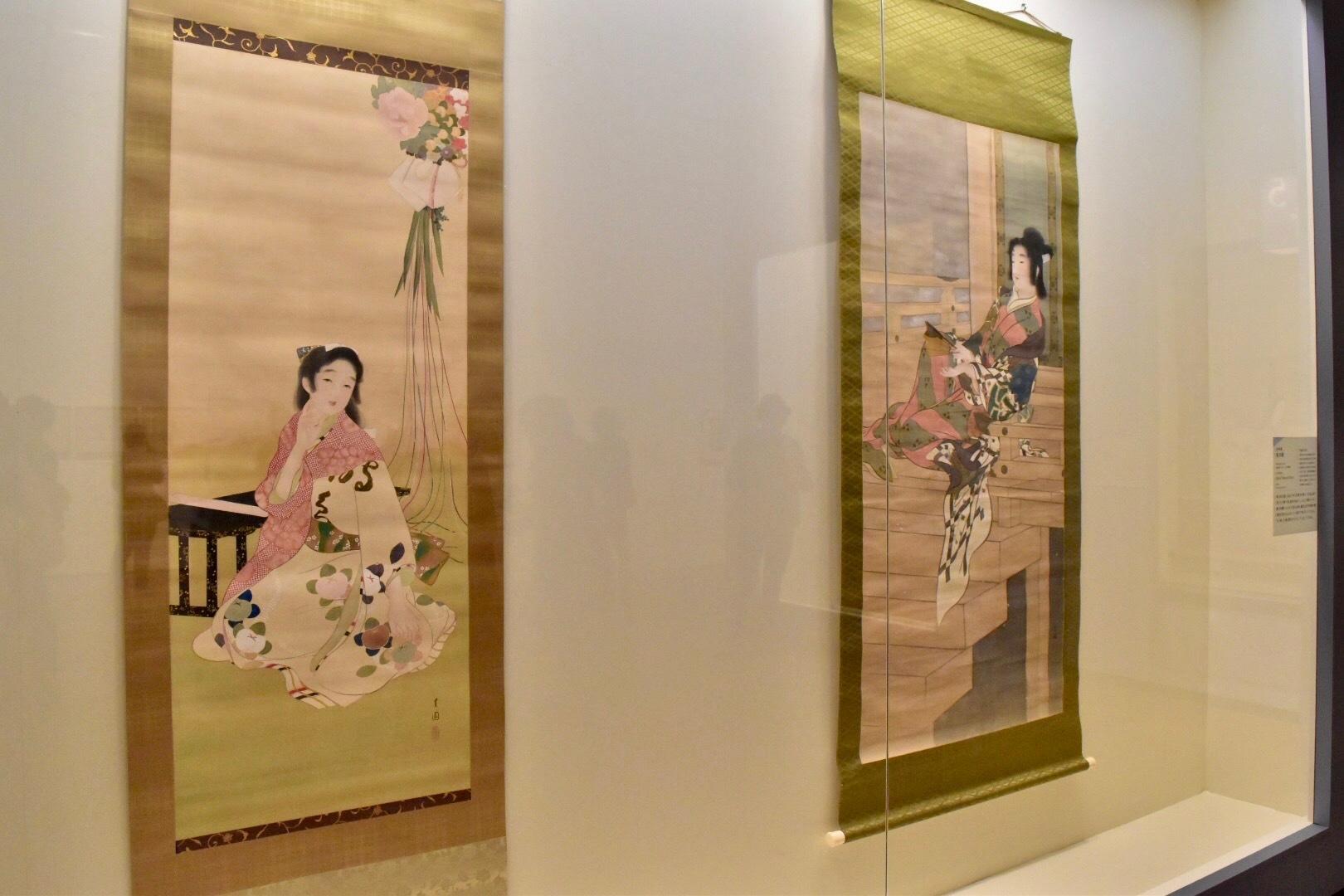 左:池田蕉園 《さつき》 大正2年頃 東京国立近代美術館蔵 右:池田蕉園 《宴の暇》 明治42年 福富太郎コレクション資料室蔵