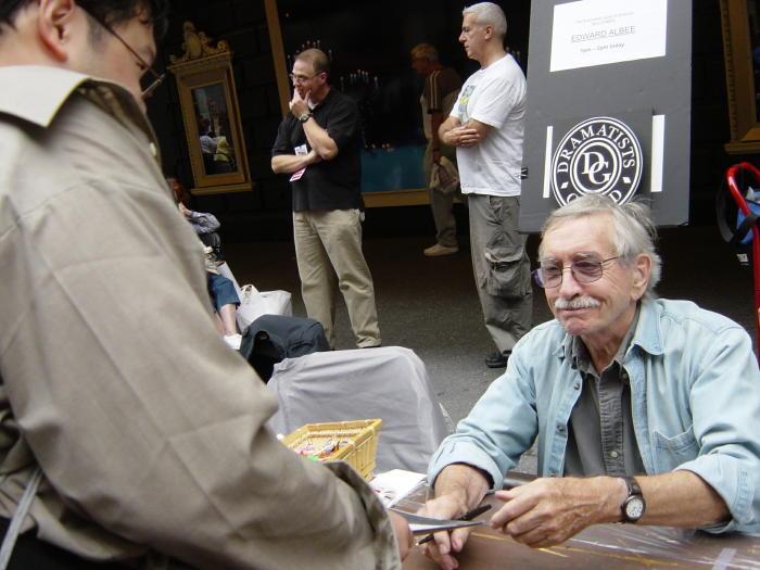 エドワード・オールビーさん(NYブロードウェイのフリーマーケット2005にて)