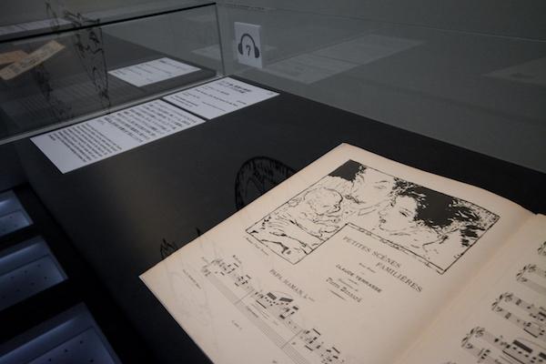 手前/ピエール・ボナール《ピアノ曲、家族の情景》(クロード・テラス作曲)  E.フロモン、パリ、1893年刊 リトグラフ 栃木県立美術館
