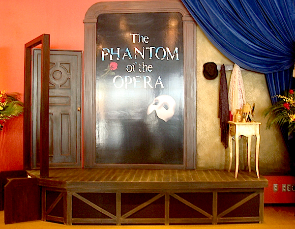 エントランスの正面には、クリスティーヌの楽屋を模したオブジェが