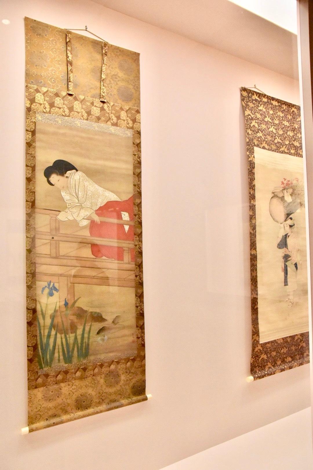 左:山口素絢 《女官図(緋大腰袴着用)》 江戸時代後期 奈良県立美術館蔵 東京展:前期展示