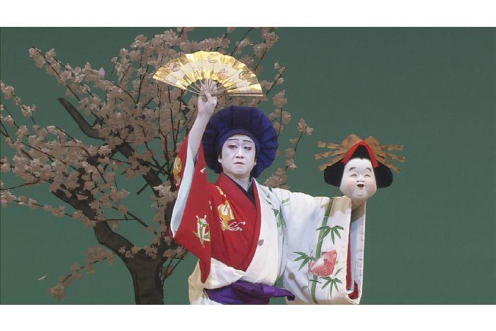 『三ツ面椀久』三種の面や扇を手に踊る山村友五郎。これは傾城の面。