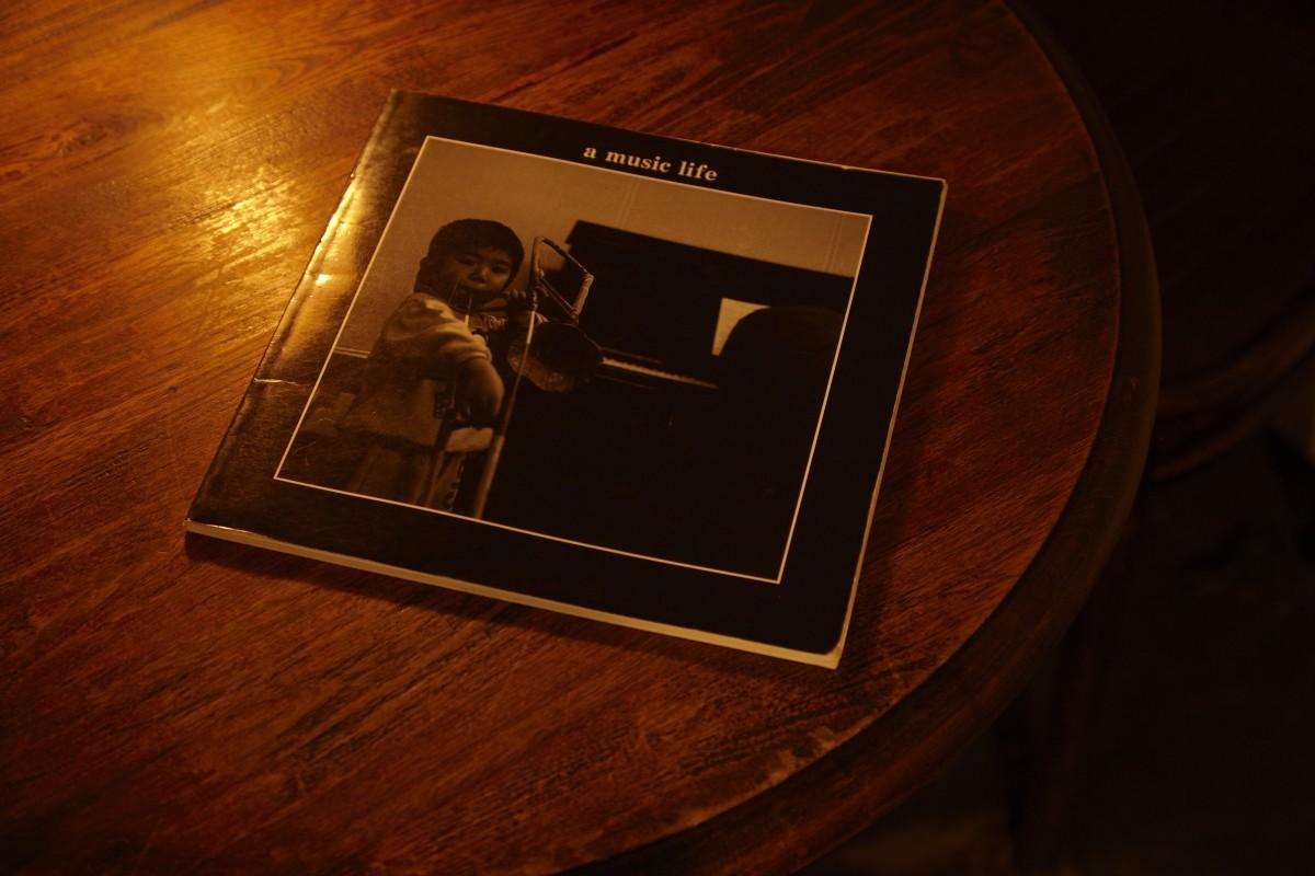 編集者だった中村さんの父が作った『中村屋』音楽会の写真集。ジャズやタンゴ、クラシックなどの演奏シーンや、骨董品のインテリアが置かれた店内の様子が窺える。