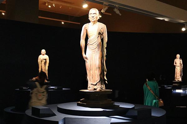 「十大弟子立像」展示風景。中央が「目犍連立像」(快慶作、鎌倉時代・13世紀、大報恩寺)