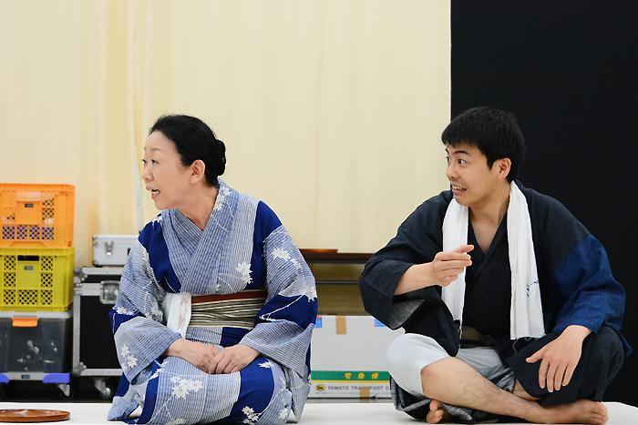 左から梅沢昌代、森岡龍 明後日プロデュースVol.2 芝居噺「名人長二」
