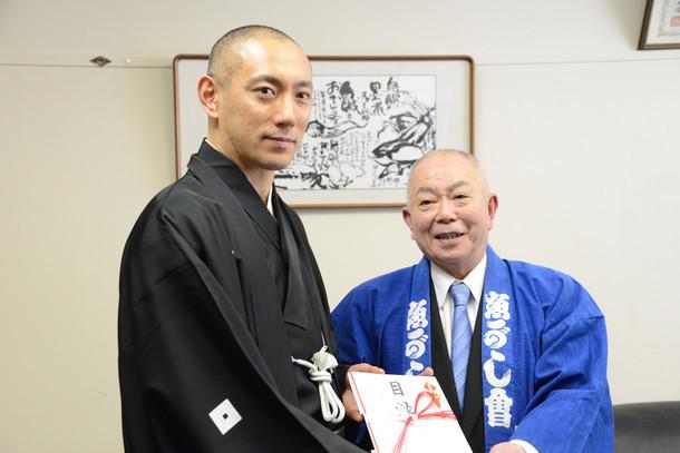 左から市川海老蔵、伊藤宏之。 無断転載禁止