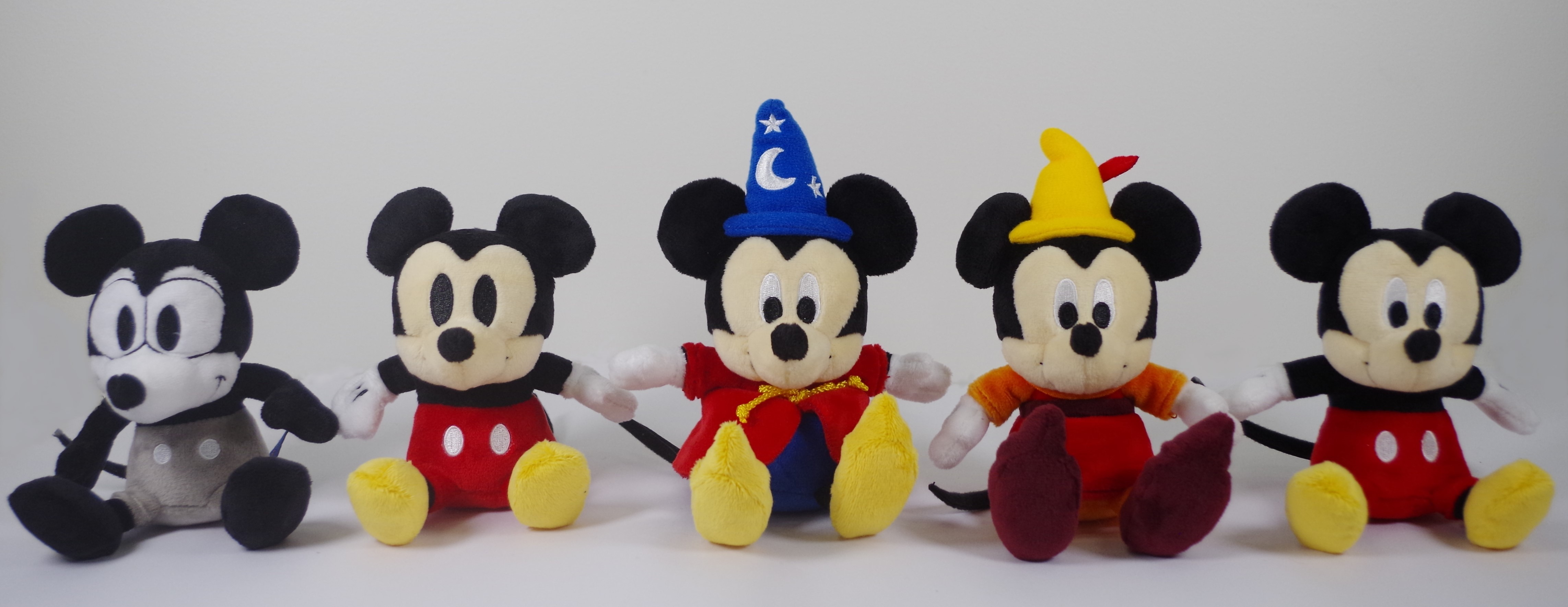 ぬいぐるみ(左から、Plane Crazy/Vintage Style/Fantasia/Fun and Fancy Free/Modern Style) 各 1,620円(税込み) (C)Disney