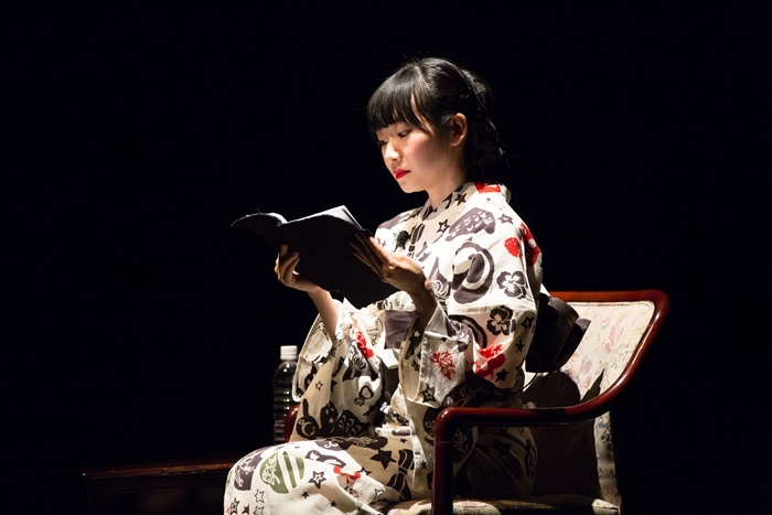 [城崎国際アートセンター]で開催された、松井周×村田沙耶香 「新作クリエーション」リーディング試演会(2018年)より。女優・青柳いづみがリーディングを行った。
