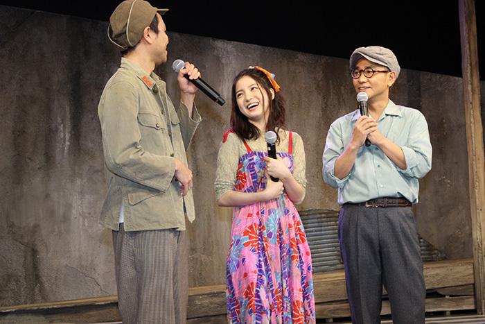 (左から)富岡晃一郎、川島海荷、八嶋智人