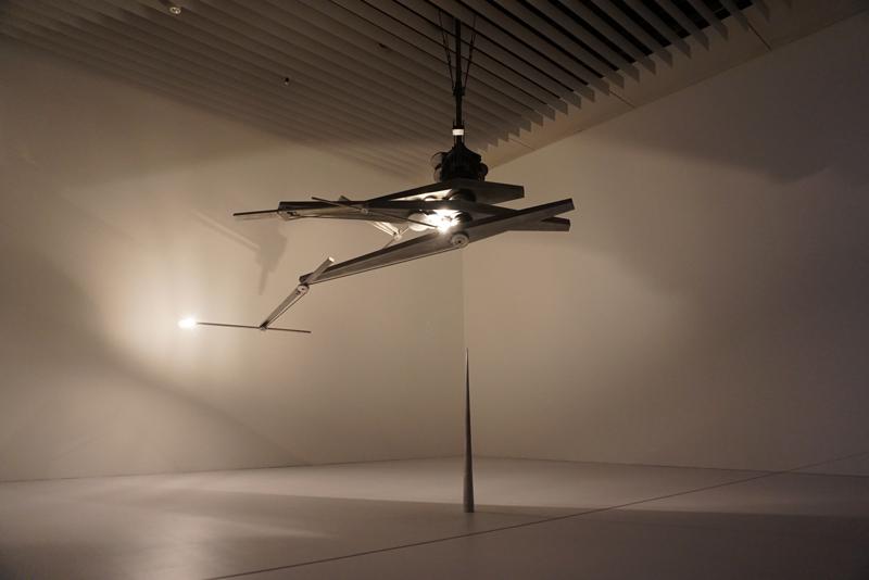 コンラッド・ショウクロス 《タイムピース》 2013年/アルミニウム、鉄、機械、ライト/サイズ可変